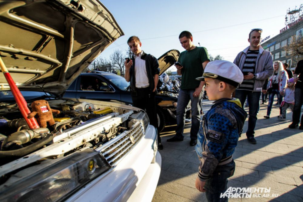С видом бывалых знатоков малыши заглядывали даже под капот выставленных авто.