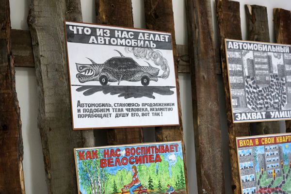 Сам Сотов признается, что в экспозицию попали его любимые плакаты и картины.