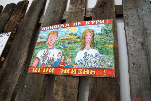 Работы Сергея Сотова получили известность в конце нулевых годов - автор самовольно развешивал свои плакаты на заборах города Владимира.