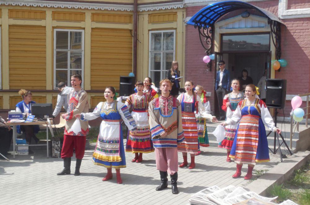 Творческий коллектив порадовал собравшихся своими песнями и танцами.