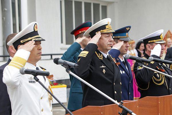 Учениями со стороны Китая командует заместитель командующего ВМФ КНР Ду Цзинчэнь, с российской стороны — замглавкома ВМФ РФ Александр Федотенков.