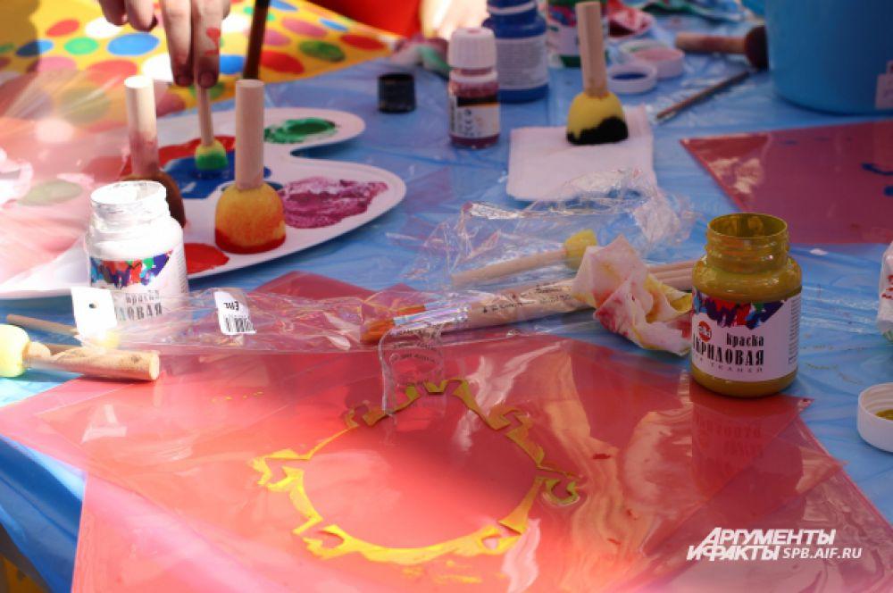 Придать индивидуальности зонтику можно было при помощи акриловых красок и трафаретов.