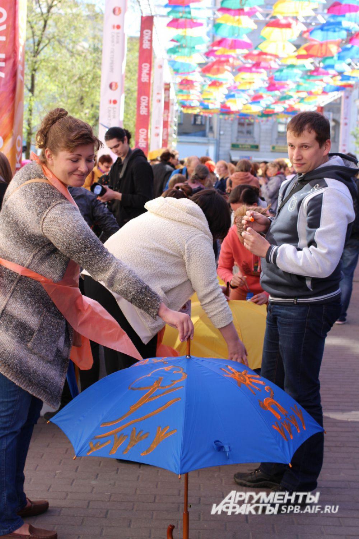 Гости праздника могли собственноручно раскрасить зонтик.