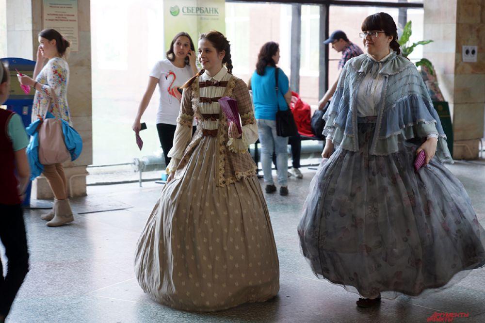 Дамы в нарядах раздавали листовки с программой мероприятия.