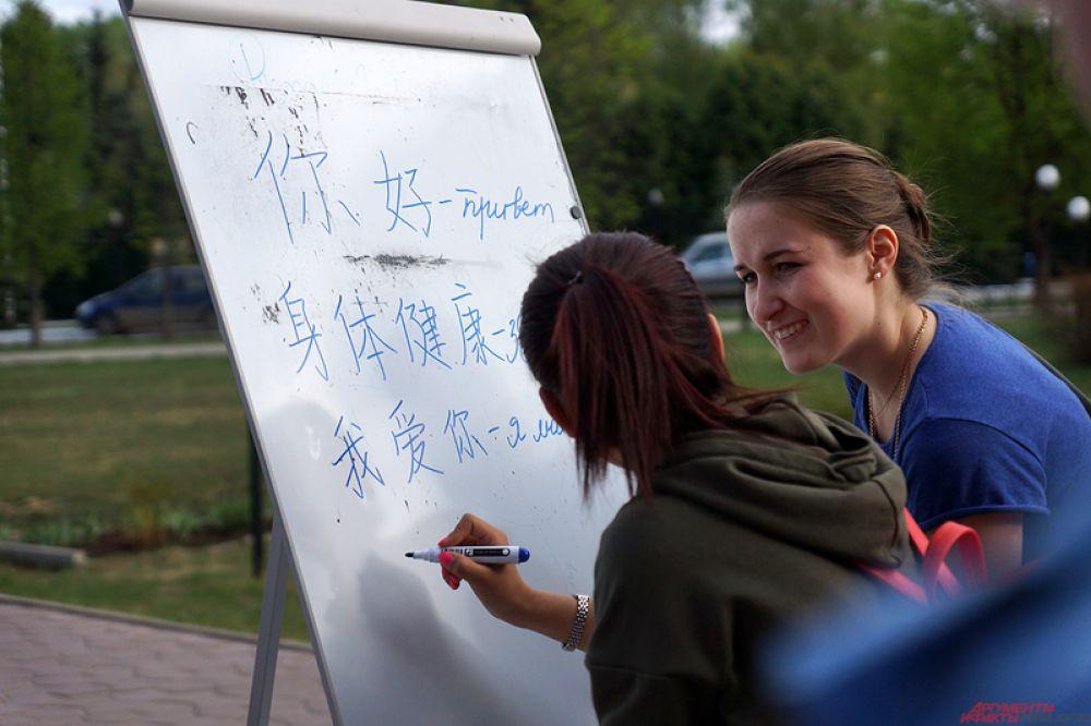 На площади у фонтана проходила масштабная творческая площадка «Привет из Китая!», которую организовали студенты историко-политологического факультета ПГНИУ и гости из КНР, проходящие обучение в Пермском университете.