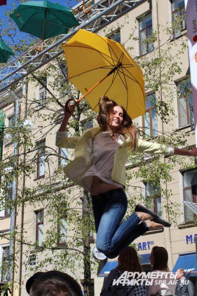 Ясная погода и яркие зонтики создают праздничное настроение.