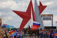 Мемориал воинам-гвардейцам «Прорыв» выполнен в виде рваной звезды.