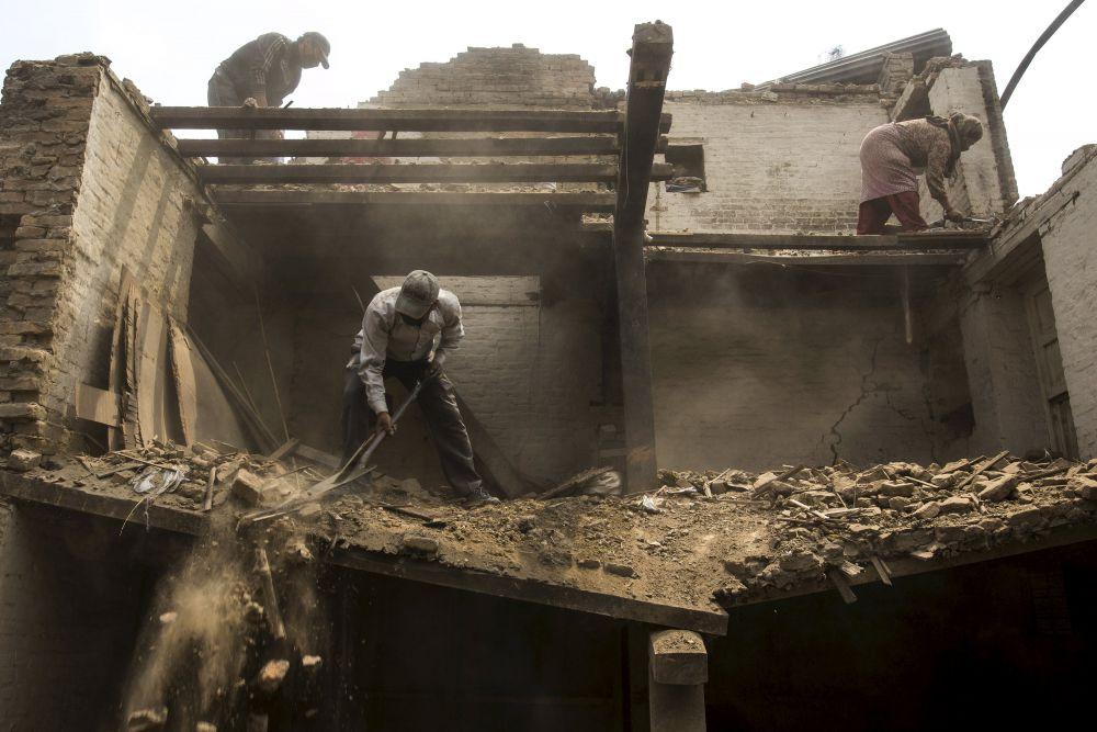 По просьбе правительства Непала МЧС России направило в страну сводный отряд для оказания помощи пострадавшим, разбора завалов и проверки надежности уцелевших зданий специальным оборудованием, которым не располагают власти Непала.