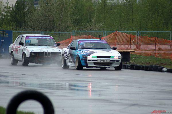 Непогода не помешала водителям показывать свое мастерство на трассе.