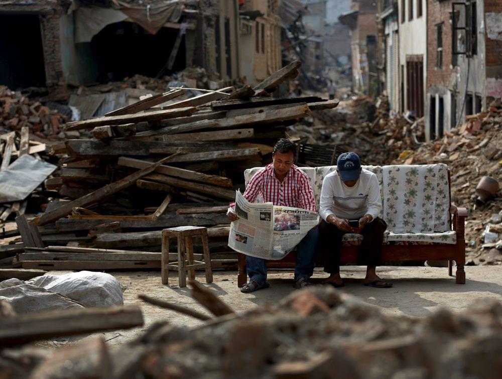 МЧС России доставило в Непал, пострадавшему от землетрясения, гуманитарную помощь общим весом около 30 тонн. Это — бутилированная вода и предметы первой необходимости.