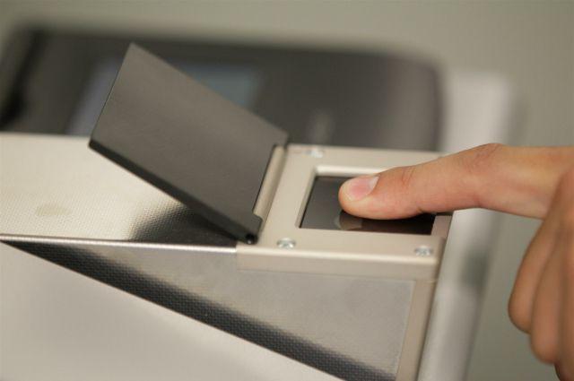 Снятие отпечатков пальцев.