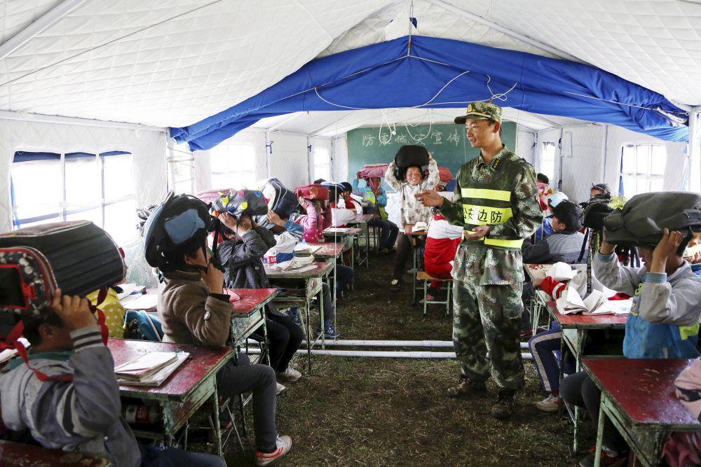В стране также работают бригады экстренной медицинской помощи. Медицинские палатки были предоставлены 26 больницам и более чем 900 пострадавшим медицинским центрам.