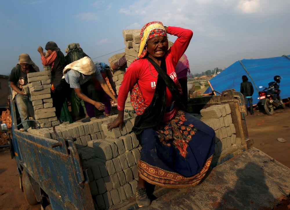 В своем обращении к парламенту страны глава правительства Непала также отметил, что государство предоставит лишившимся крова кредиты на восстановление частных домов размером до 25 тысяч долларов под 2% годовых.