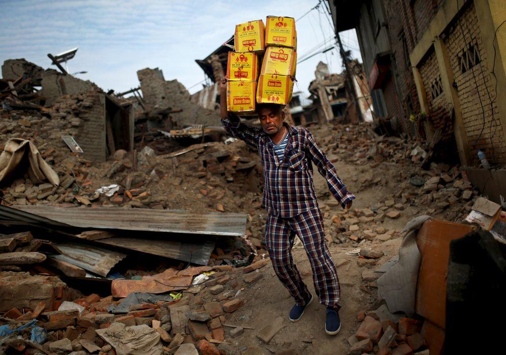 Власти Непала и благотворительные организации спешат обеспечить около 800 тысяч оставшихся без жилья жителей палатками и продовольствием. Сообщается, что муссонный сезон в стране начнется через шесть недель, что значительно ухудшит санитарные условия в пострадавших районах.