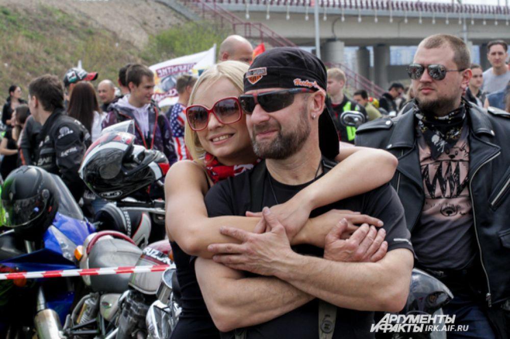 С нежными чувствами у суровых байкеров тоже порядок. Женщин на мотоциклах в этот день было много.