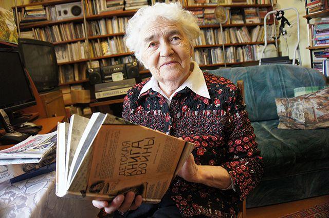 Соавтор «Детской книги войны» с экземпляром издания.