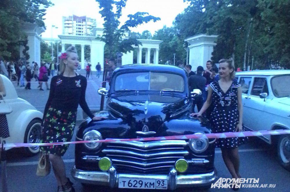 Ретро-автомобили сопровождали красивые девушки, одетые по моде 40-х годов.