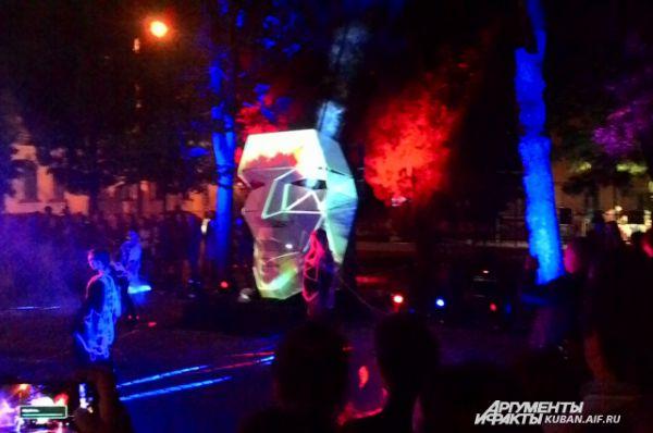 Трехметровую годову выставили возле Краснодарского художественной музея имени Коваленко. На нее проецировали различные изображения, а рядом артисты исполняли футуристические танцы.