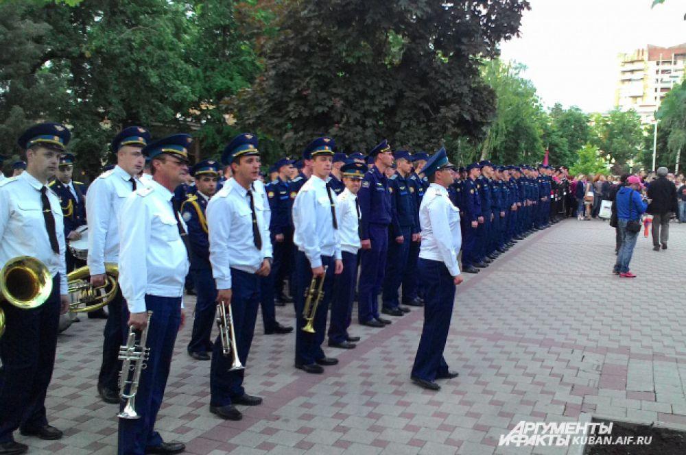 А в сквере имени Жукова прошли колонны курсантов военных учебных заведений и казаков.