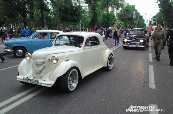 Парад ретро-автомобилей по улице Красной.