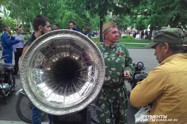 На праздник привезли настоящий старинный граммофон, который играл песни военных лет.