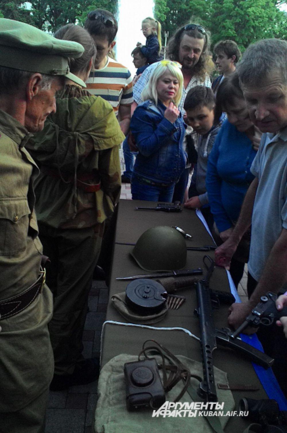 Поисковики представили зрителям вооружение и экипировку времен войны, с ним можно было фотографироваться.