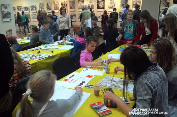 Во время культурной акции в Краснодарском краевом выставочном зале изобразительных искусств проводили мастер-классы по рисованию для детей.