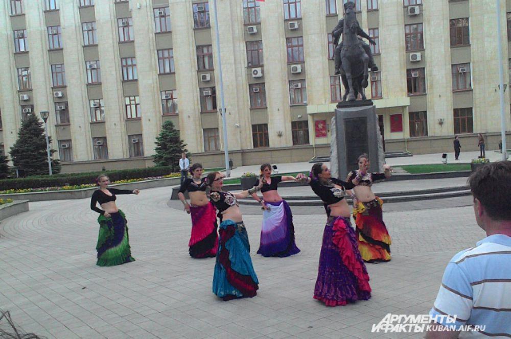 В это время на площади перед администрацией края демонстрировали индийские танцы.