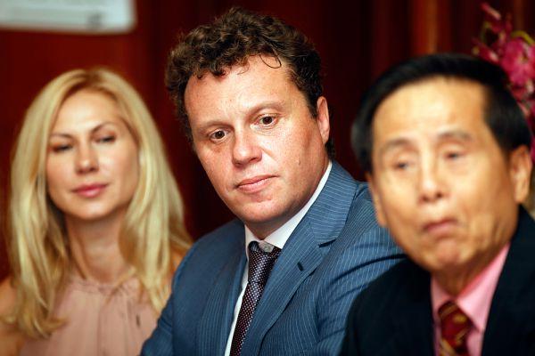 Осенью 2012 года на Полонского было заведено уголовное дело — он обвинялся в мошенничестве в особо крупных размерах при строительстве комплекса «Кутузовская миля». Обязательства по договорам с дольщиками «Кутузовской мили» не были выполнены, а строительство было заморожено. По утверждениям самого Полонского, это был рейдерский захват, и он не причастен к этому преступлению. Именно с этим инцидентом связывают иммиграцию Полонского в Камбоджу.