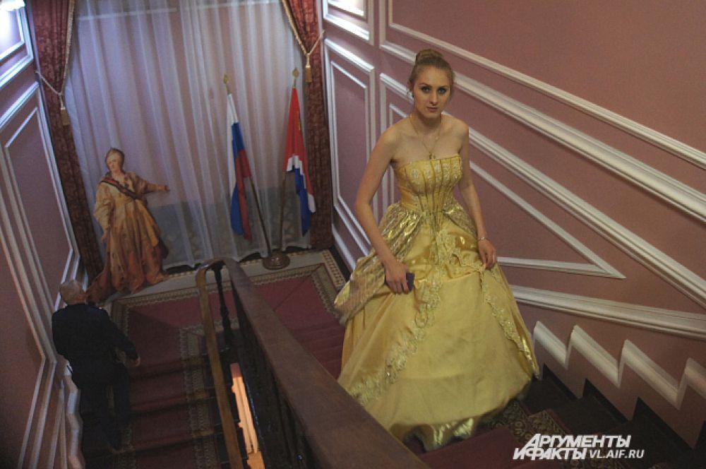 Дамы дефилировали по лестницам вековой давности.