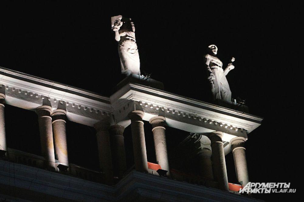 Необычно смотрятся статуи на крыше Серой лошади ночью.