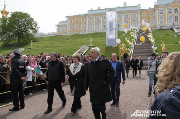 Присутствовавший на мероприятии губернатор Петербурга Георгий Полтавченко отметил, что каждому человеку необходимо хотя бы раз увидеть Праздник открытия фонтанов.