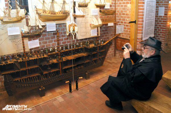 Фридрихсбургские ворота. Здесь модно ознакомиться с уникальной коллекцией традиционных средств передвижения по воде.