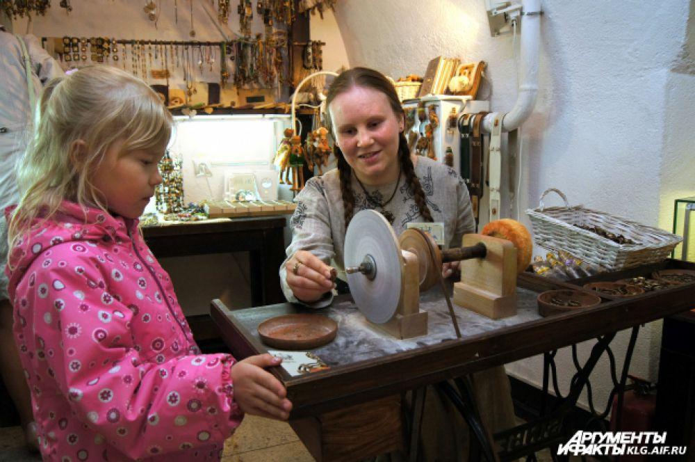 В Музее янтаря гостям предлагали обточить янтарь и...