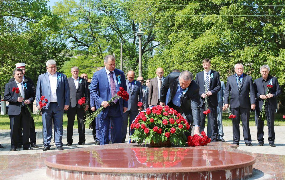 В этот же день общественники и власти республики у привокзальной площади Симферополя возложили цветы к закладному камню на месте будущего памятника жертвам депортации.