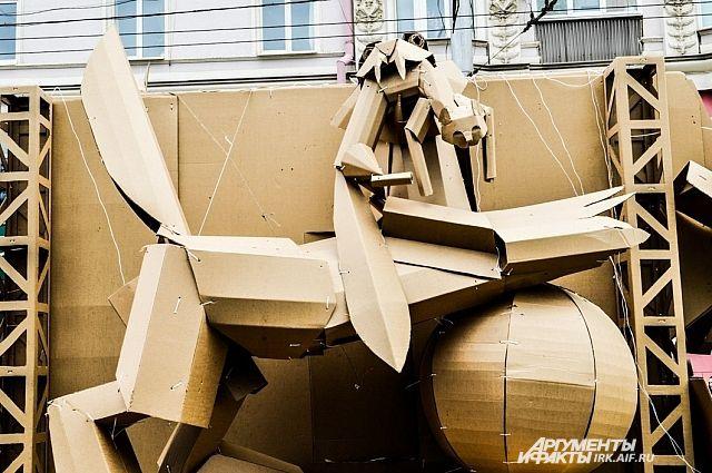 Бабр - символ Иркутска, выполненный в картоне для карнавала 2014 года.