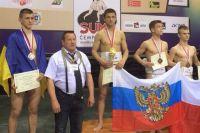 Карен Талалуев (в центре) в весовой категории 60 кг