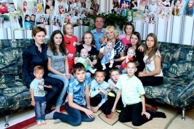 Сергей и Ирина Складневы с детьми и внуками.