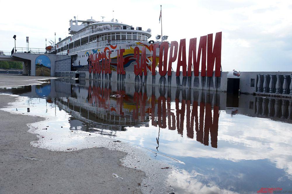 Кама в районе Речного вокзала вновь выходит из берегов.
