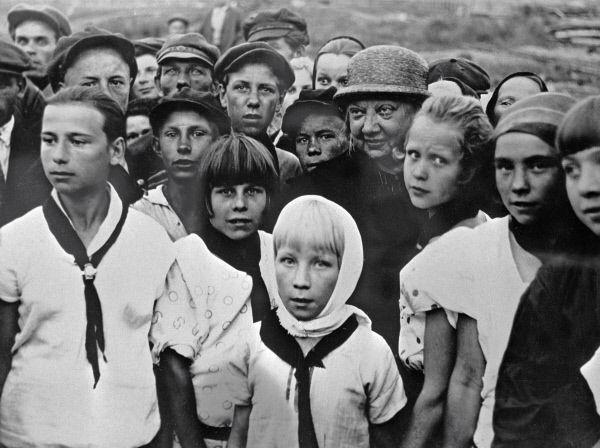 Надежда Крупская среди пионеров. 1927 год.