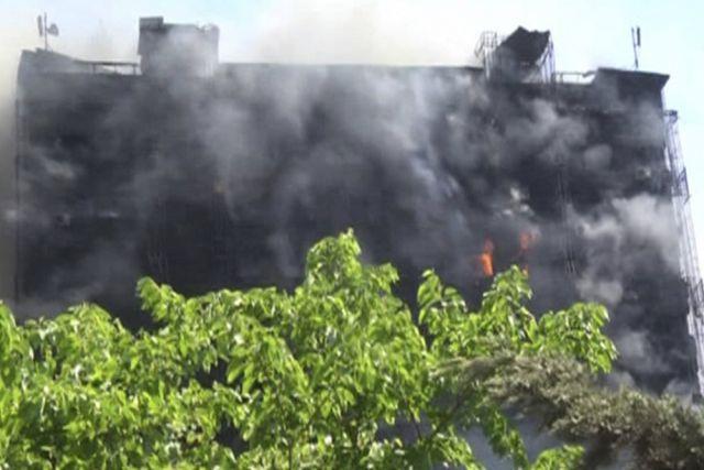В жилом 16-этажном доме, расположенном на проспекте Азадлыг, около 11 часов утра по местному времени вспыхнул пожар.