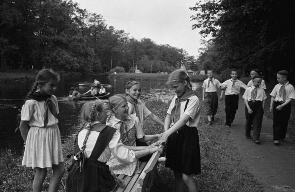 Пионеры в Центральном парке культуры и отдыха имени С.М. Кирова в Ленинграде. 1955 год.