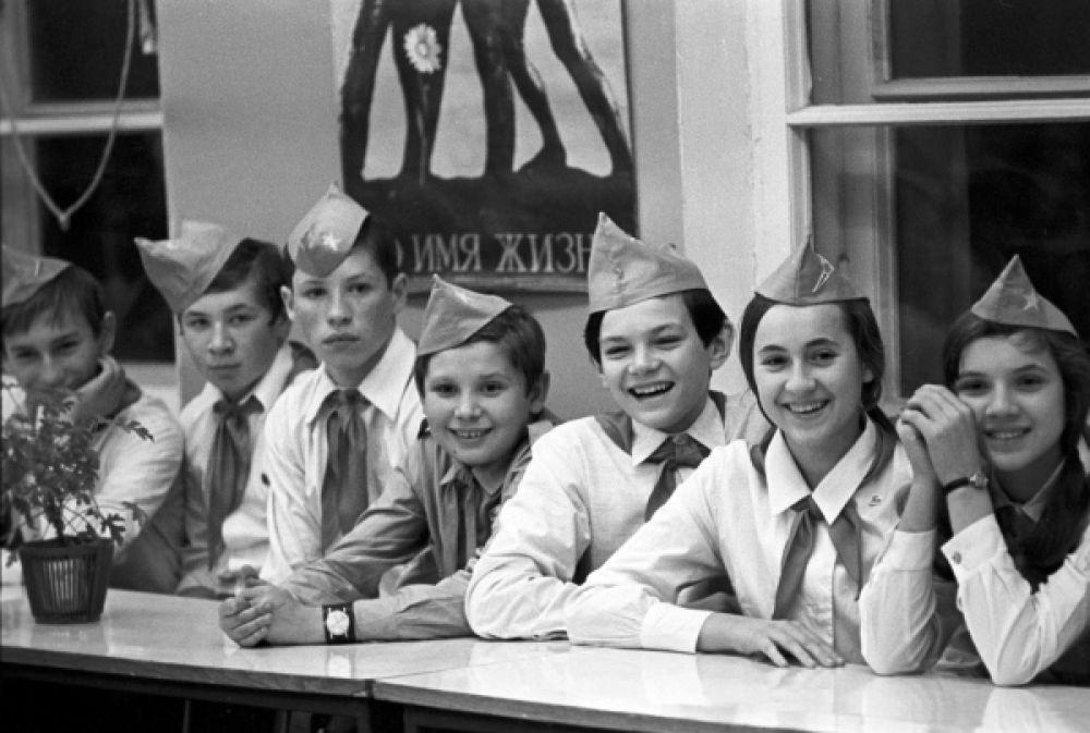 Пионеры отряда имени Володи Дубинина. Московская средняя школа № 231. 1976 год.