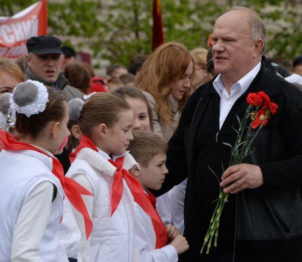 Лидер КПРФ Геннадий Зюганов во время торжественной церемонии приема школьников в пионеры на Красной площади в Москве. 2015 год.