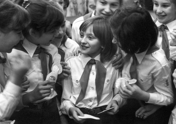 Ученица пятого класса средней школы № 4 Катя Лычева, совершившая поездку в США по приглашению американской организации «Дети как миротворцы», среди одноклассников. 1986 год.