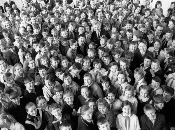 Слесарь-расточник Новокраматорского завода Николай Христич среди пионеров. 1981 год.