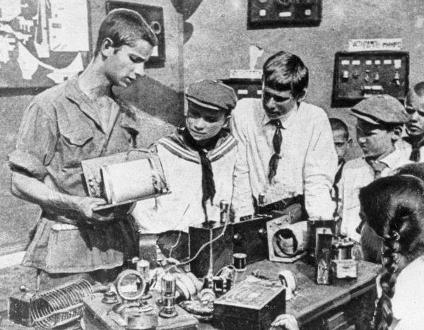Пионеры изучают устройство радиоприемника. 1925 год.