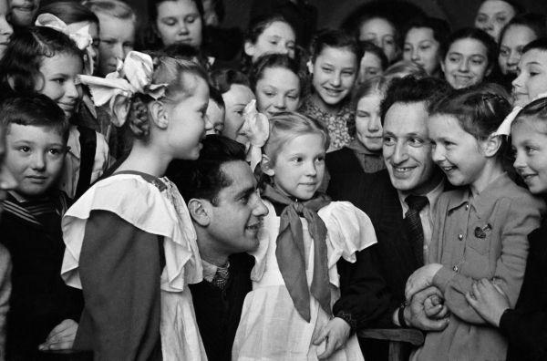 Школьники с режиссером Ильей Фрэзом. 1945 год.