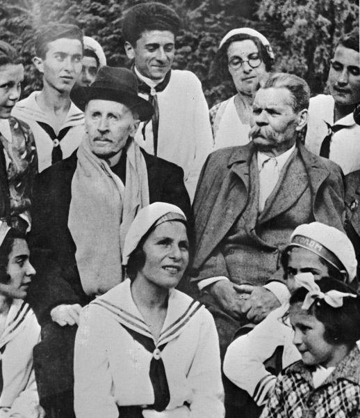 Максим Горький и Ромен Роллан среди пионеров. 1931 год.