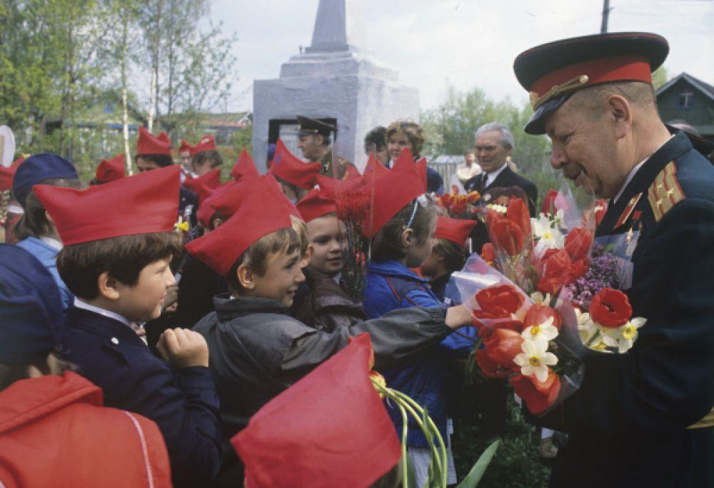 Ученики средней школы № 368 поздравляют ветеранов Великой Отечественной войны с Днем Победы. 1989 год.